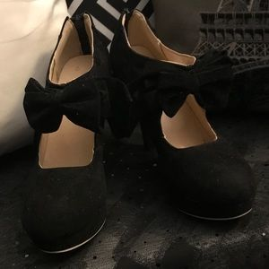 Shoes - Black velvet heels with bow